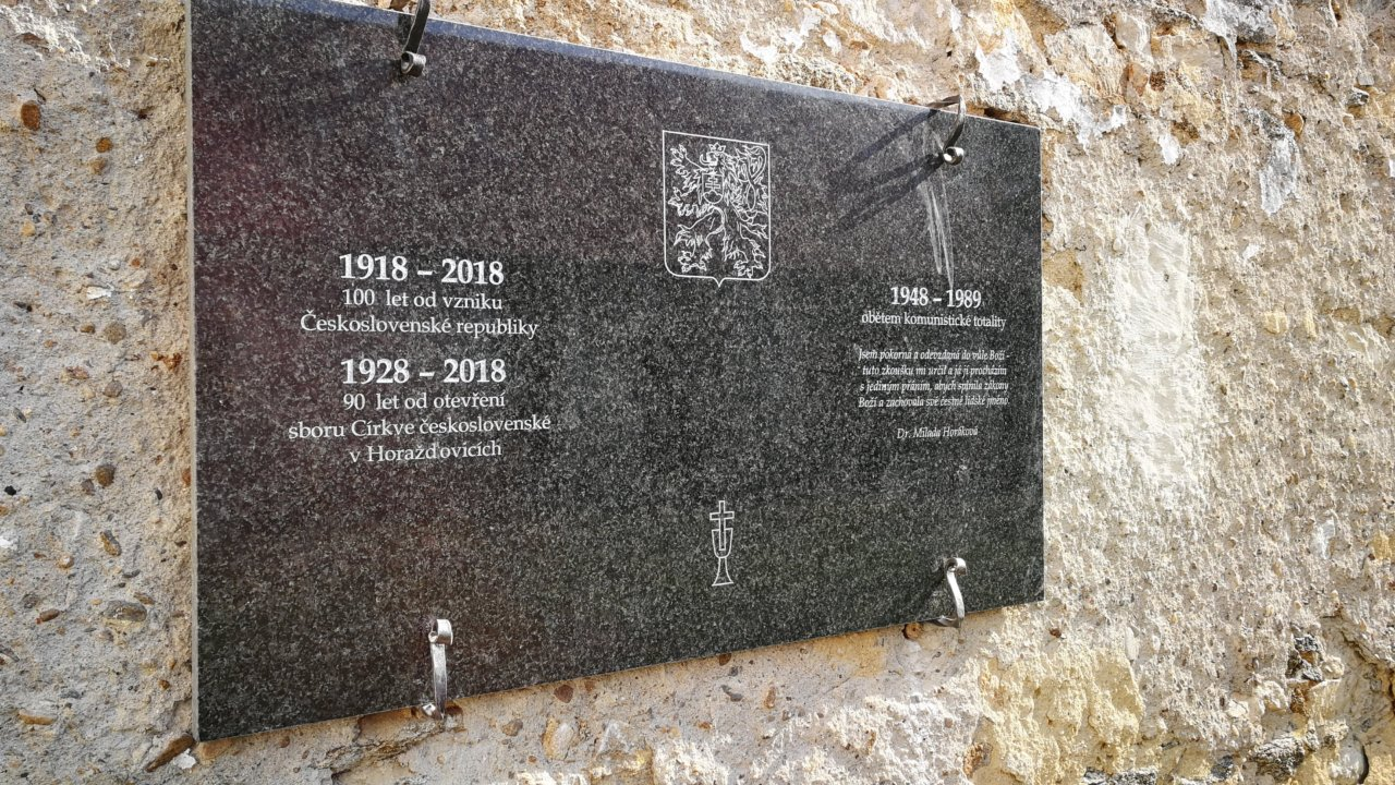 Pískovaná pamětní deska se znakem československé státnosti